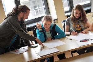 """Studioaufnahmen bei Radio Bochum für das Schüler-Hörspielprojekt """" Einhundertundelf - Zeitreise Bochum"""" in Bochum"""